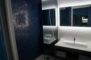 Salle de bains dans l'établissement Explorers Hotel Marne-la-Vallée