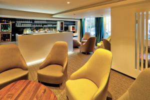 The lounge or bar area at Logis SPA Hotel Beau Site