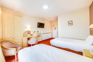 A bed or beds in a room at Eden House Hotel