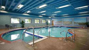 The swimming pool at or near Best Western Plus Kamloops Hotel