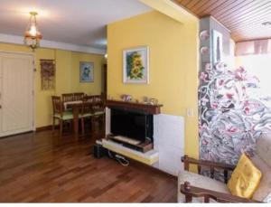 Una televisión o centro de entretenimiento en Edificio Villa Di Caprio
