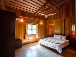 A bed or beds in a room at Pom Pom Island Resort