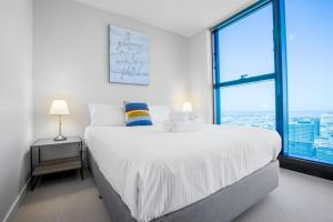 A bed or beds in a room at 40*CollinsTower*Lvl53*1bd1bth*FreeTram*Skybus*WIFI