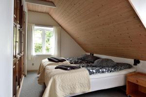 En eller flere senge i et værelse på Hotel Gudhjem