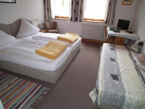 Ein Bett oder Betten in einem Zimmer der Unterkunft Waldgasthof - Hotel Schiederhof