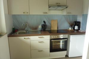 A kitchen or kitchenette at A&M Wohnen-West