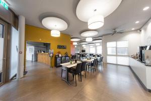 Ein Restaurant oder anderes Speiselokal in der Unterkunft Hotel Frauenfeld