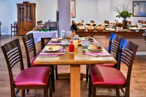 A restaurant or other place to eat at Copacabana Suites by Atlantica Hotels