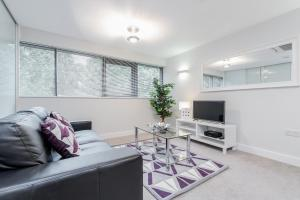 A seating area at Room Space Service Apartments – New Manor House
