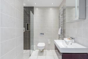 A bathroom at Room Space Service Apartments – New Manor House