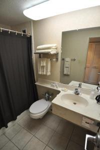 A bathroom at Hillside Inn