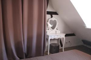 Un pat sau paturi într-o cameră la Apartment les Violettes