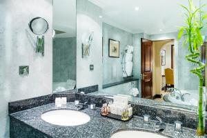 A bathroom at Millennium Gloucester Hotel London