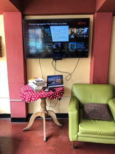 A television and/or entertainment centre at Hostal Campo Base Huaraz