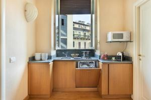Cucina o angolo cottura di Dynasty Suites Downtown Apartments