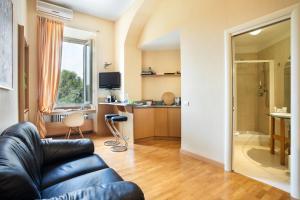 Area soggiorno di Dynasty Suites Downtown Apartments