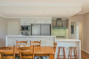 A kitchen or kitchenette at Ocean Keys Cottage - Free WiFi