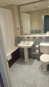 A bathroom at Keswick Country House Hotel