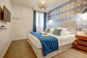 A bed or beds in a room at Résidence Pierre & Vacances Premium Presqu'Ile de la Touques