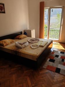 Un pat sau paturi într-o cameră la Hotel Milcov