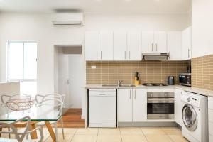 A kitchen or kitchenette at Stylish Terrace Steps From Darling Harbour And ICC