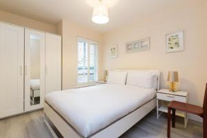 A bed or beds in a room at Cavendish Apartment 2 Bed Flat
