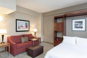 A seating area at Hampton Inn Indianapolis Downtown Across from Circle Centre