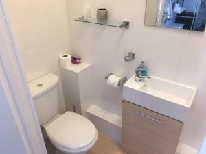 A bathroom at Brierley Guesthouse