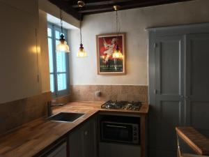 A kitchen or kitchenette at Les Bouaux, Lavena