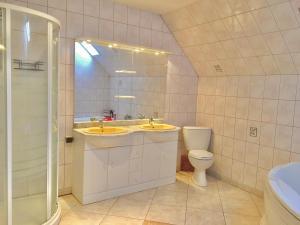 A bathroom at Les Bouaux, Lavena