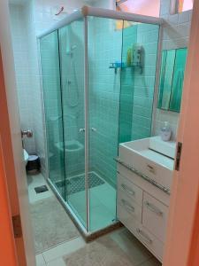 A bathroom at Apto Duplex Portinho Caieiras