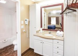 A bathroom at Hollywood Inn Express North