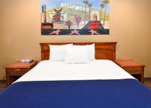 A bed or beds in a room at Hollywood Inn Express North