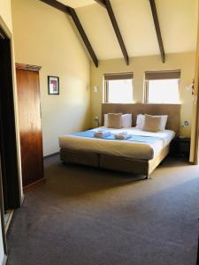 A bed or beds in a room at Hahndorf Motel