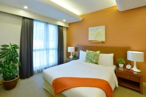 سرير أو أسرّة في غرفة في سمرست الفاتح البحرين