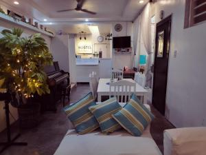 A restaurant or other place to eat at Crossroads Hostel Manila
