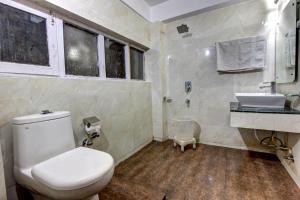 A bathroom at Hotel Highway inn