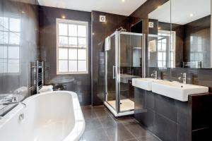 A bathroom at Creed Camden Townhouse