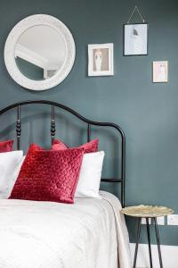 A bed or beds in a room at Creed Camden Townhouse