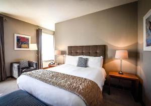 A bed or beds in a room at The Huntsman Inn
