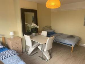 A bed or beds in a room at Southernwood - Wantage Road Apt 1