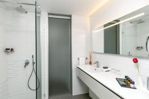 A bathroom at Carlton Tel Aviv Hotel – Luxury on the Beach