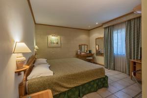 Een bed of bedden in een kamer bij Grand Hotel Gozo