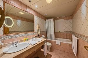 Een badkamer bij Grand Hotel Gozo
