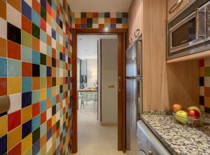 A kitchen or kitchenette at Apartamentos Suites Oficentro