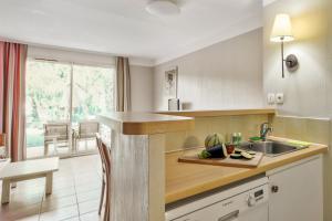 Cuisine ou kitchenette dans l'établissement Résidence Pierre & Vacances le Hameau de la Pinède