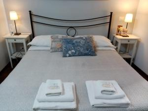 A bed or beds in a room at B&B La Cupella