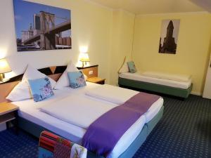 Ein Bett oder Betten in einem Zimmer der Unterkunft Hotel Flora