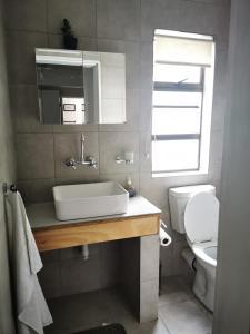 A bathroom at Meintjieskop Guest House
