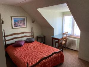 A bed or beds in a room at Auberge Du Camfrout
